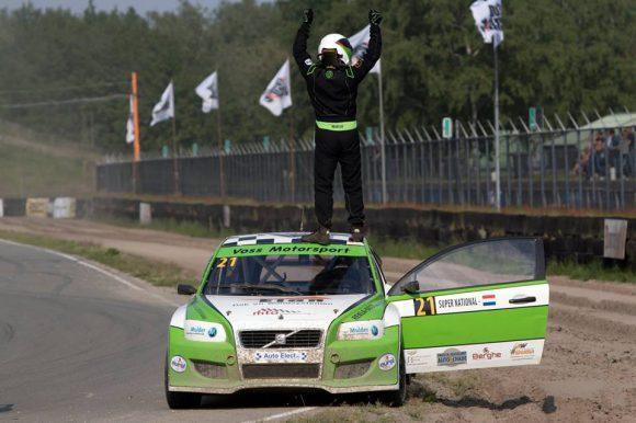 Ron Snoeck pakt zijn eerste overwinning met de Volvo C30.